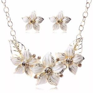 Beautiful white floral necklace set